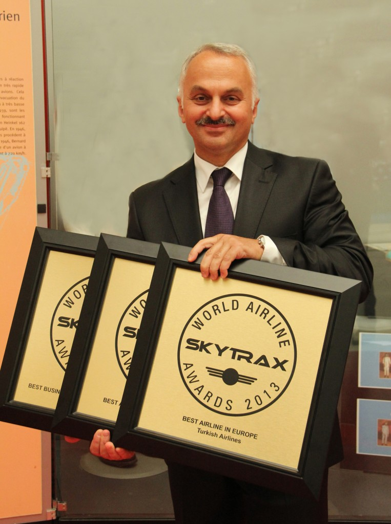 El CEO de TA Temel Kotil con los tres galardones como Mejor Aerolínea de Europa